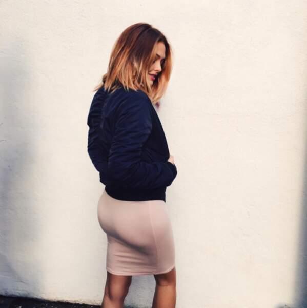 Autre photo sexy : Caroline Receveur était habillée mais nous a montré son derrière.