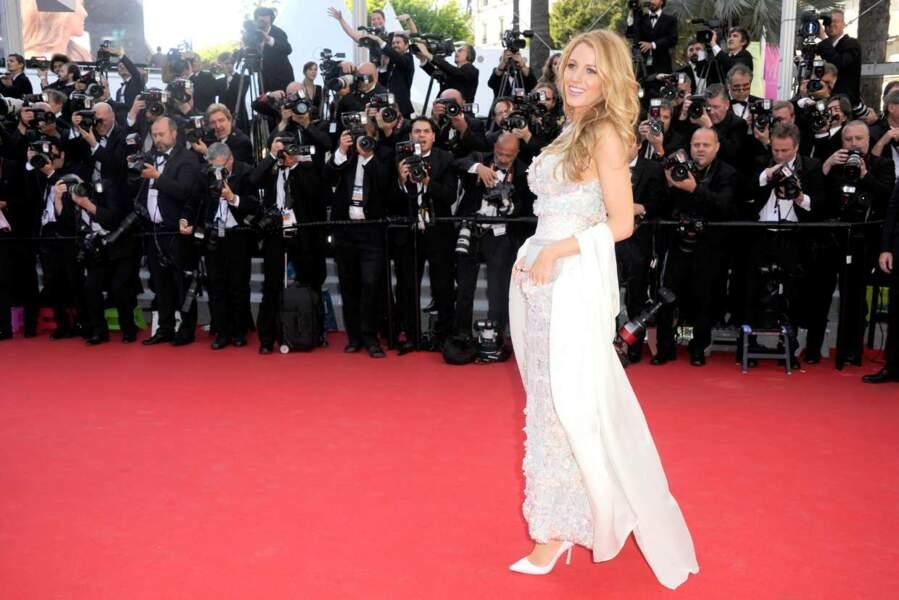 Attention, bombe sur le tapis rouge ! Blake Lively débarque dans une splendide robe blanche