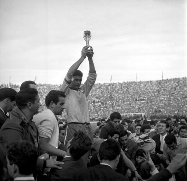 1962 - Mauro Ramos capitaine du Brésil vainqueur face à Tchécoslovaquie en finale