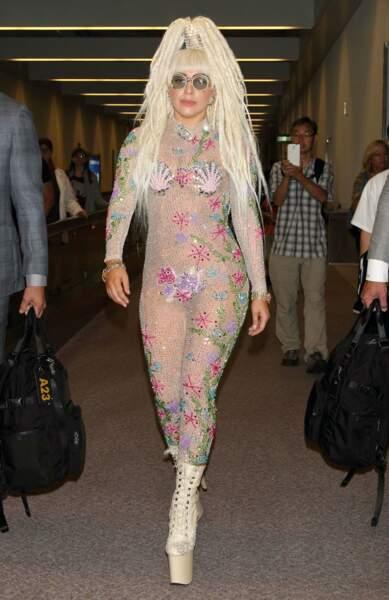 En 2014, Lady Gaga marie lunettes de John Lennon, combi seapunk et dreadlocks blondes