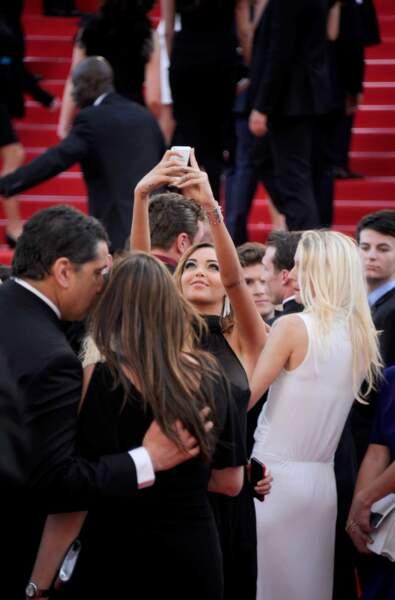Elle ne perd pas ses bonnes vieilles habitudes... Allez un petit selfie pour l'occasion !