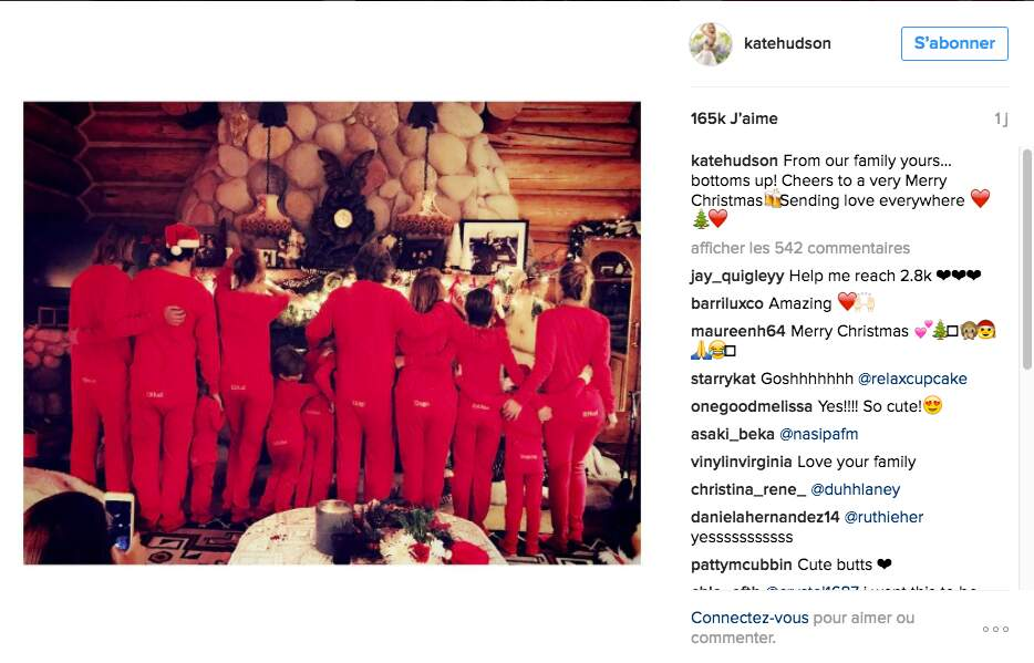 Toute la famille de Kate Hudson attend l'arrivée de Santa Claus devant la cheminée