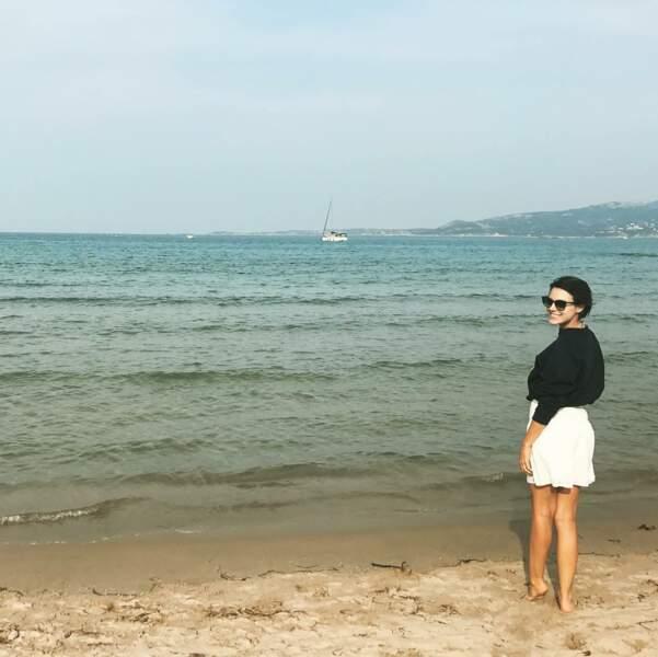 Du sable chaud, une mer turquoise, du soleil et Emilie a le sourire !
