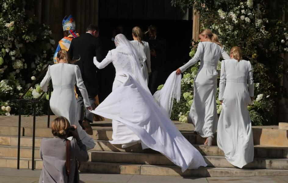A cause de sa longue et superbe robe de chez Chloé, Ellie Goulding a dû se faire aider pour monter les marches