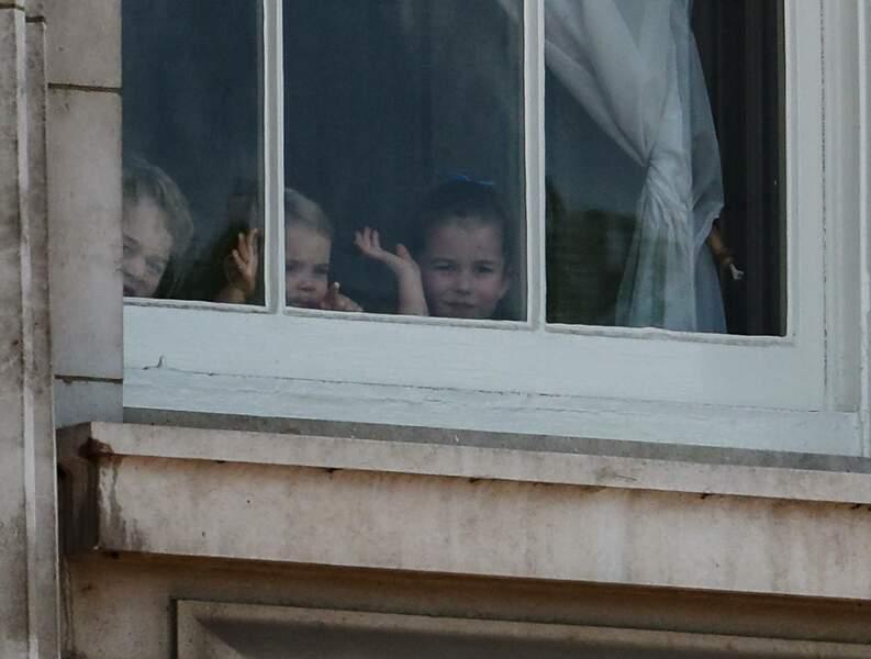 Même derrière la fenêtre du palais, ces trois-là faisaient craquer les sujets de sa majesté