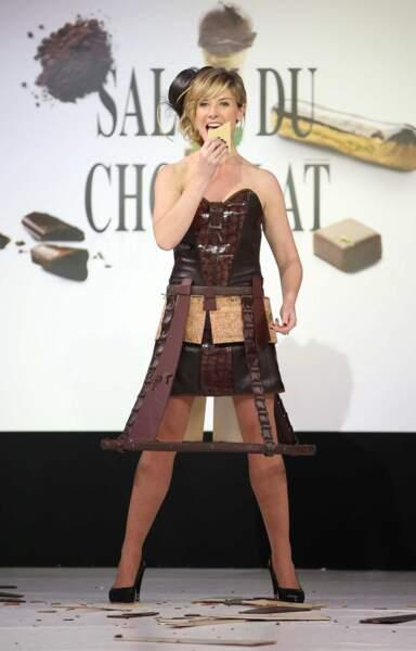 La pétillante Louise Ekland, dans une tenue originale (qu'elle aurait pû décrypter dans 100% Mag)
