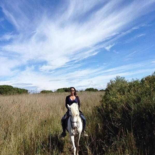 Pendant ce temps-là, Géraldine Lapalus de Camping Paradis se baladait à cheval.