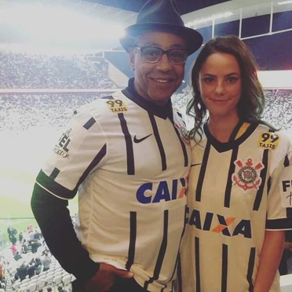 Elle pose aussi avec le maillot des Corinthians (une équipe brésilienne)