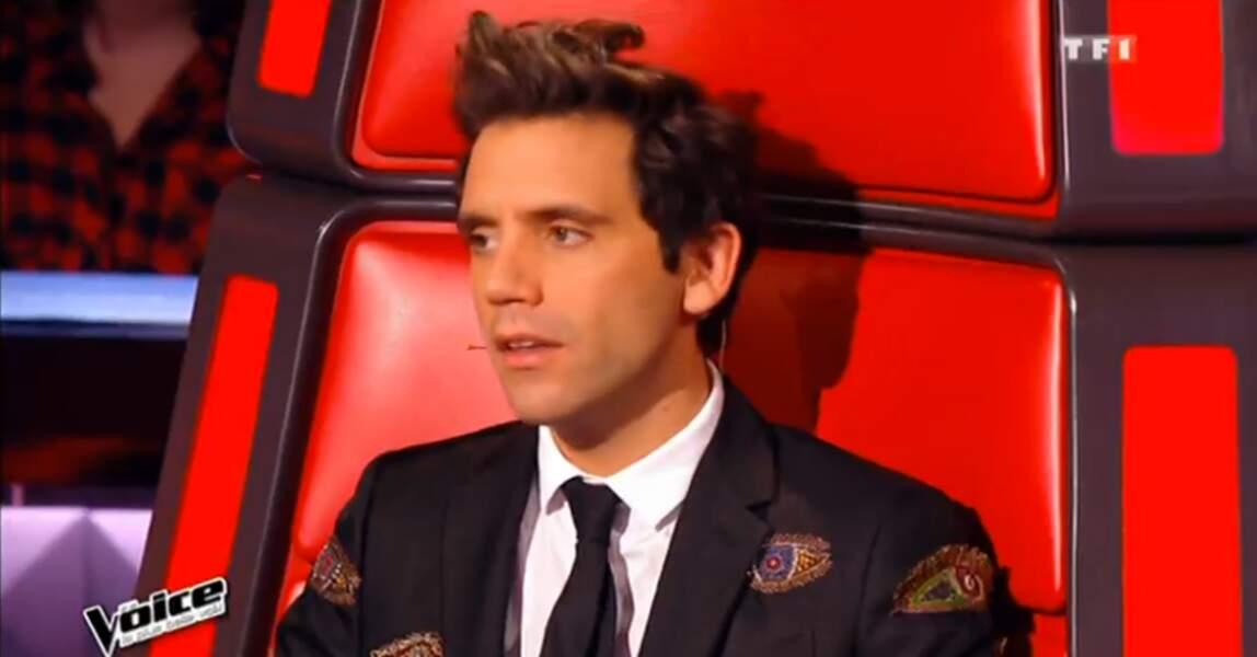 Tiens, tiens... Mika a des yeux sur sa veste !