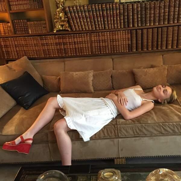 Et la voilà en tout simplicité sur le célèbre canapé de Coco Chanel. Elle pose déjà comme un vrai modèle !