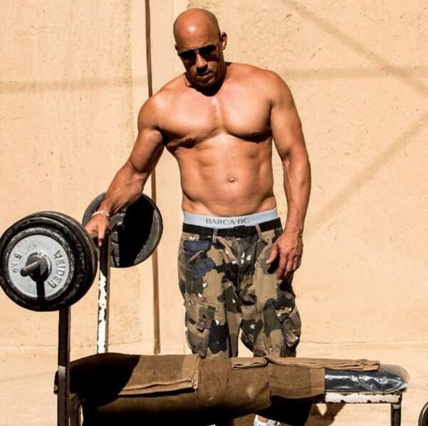 Des haltères et pas de t-shirt : c'est Vin Diesel.