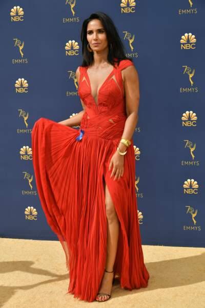 L'actrice et mannequin Padma Lakshmi virevolte dans sa robe rouge