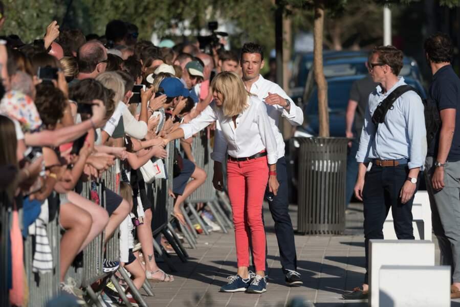 Comme son mari, la première dame est descendue de son vélo pour serrer des mains