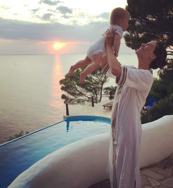 6 mois plus tard, Melanie pose avec sa fille, son nouveau rayon de soleil et nous dit...