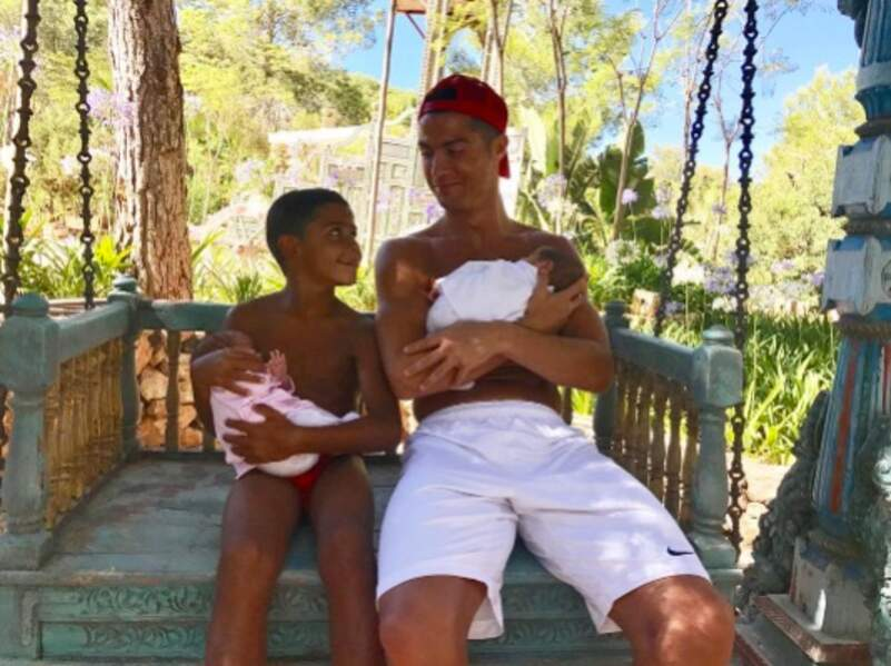 Trop cute : Cristiano Ronaldo et son fils Cristiano Ronaldo Jr sont complètement gagas des 2 recrues de la fratrie.