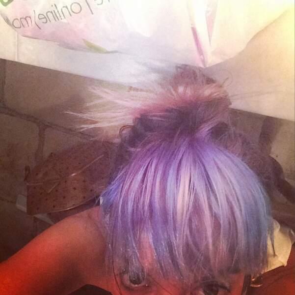 Mais à qui appartiennent ces cheveux violets ? A.... Lily Allen !