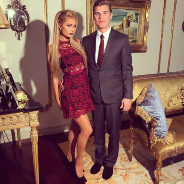 Paris Hilton et Chris Zylka, un couple tiré à quatre épingles.