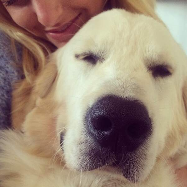 Du côté de Caroline Receveur, on commence avec : un gros câlin avec son chien...