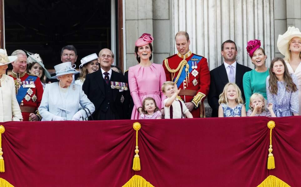 La reine Elizabeth II se fait voler la vedette par les royal babies et ça l'amuse !
