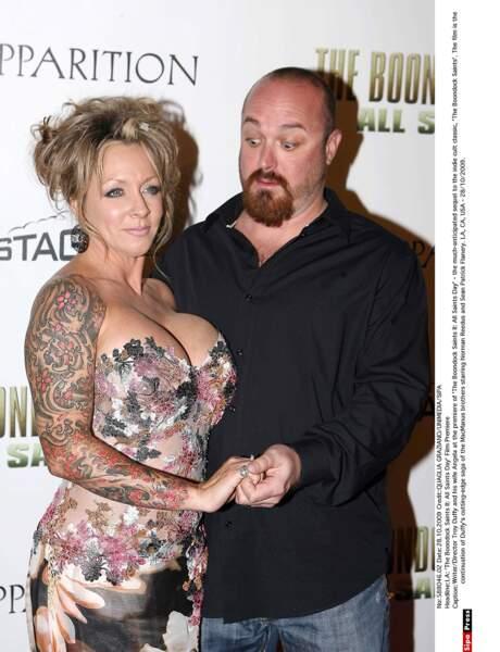 Le réalisateur Troy Davis a une drôle de réaction devant le bustier de sa femme Angela.