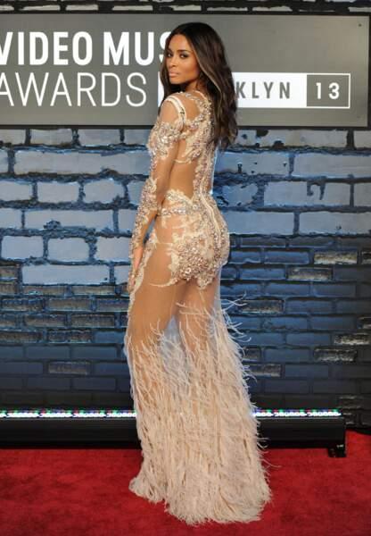 Ciara, ultra sexy toute de dentelle vêtue