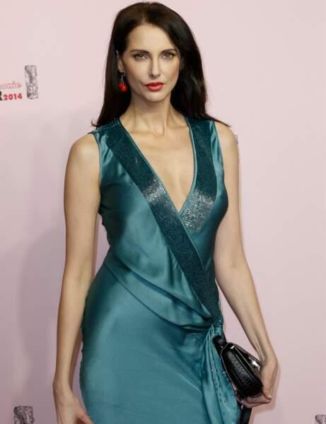 L'actrice Frédérique Bel, brune et très sexy dans sa robe en satin.