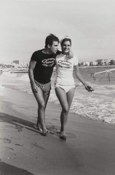En 1964, Dalida et Claude Nougaro, stars de la chanson française, trouvent le temps d'aller à la plage.