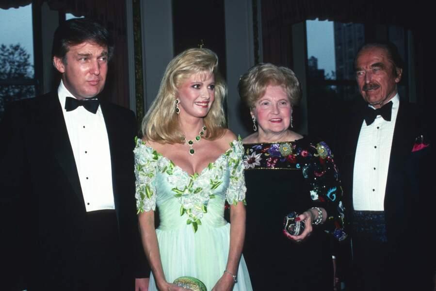 En 1989, Trump joliment entouré de son épouse Ivana et sa maman Mary Anne