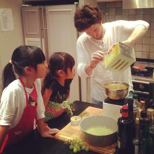 Puis donné un cours de cuisines à ses filles... Ok, en fait il est jeune homme au pair chez Johnny