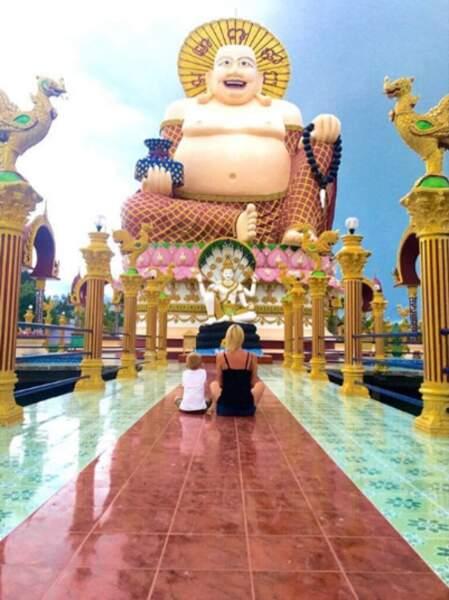 Petite méditation avec Hugo devant Bouddha.