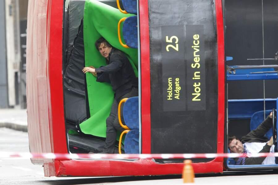 Le voici dans un des fameux bus rouges qui semble avoir été percuté