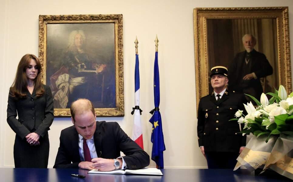 17 novembre 2015. Ambassade de France à Londres, le couple rend hommage aux victimes des attentats de Paris