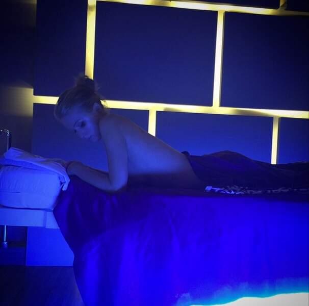 La voici topless avant une séance de massage. Paris Hilton nous narguerait-elle ?