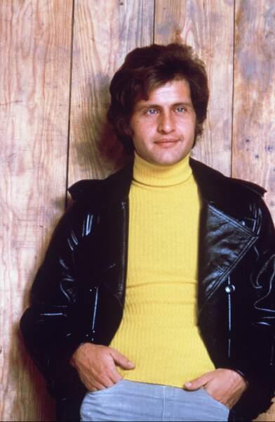 Et si le col roulé synthétique qui gratte n'existait pas dans les années 70, que serait Joe Dassin ?