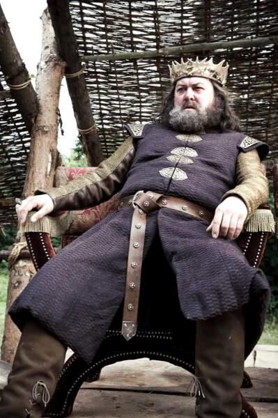 Robert Baratheon (Mark Addy) : Mort avant de découvrir le vilain secret de sa chère épouse... (Saison 1, épisode 7)