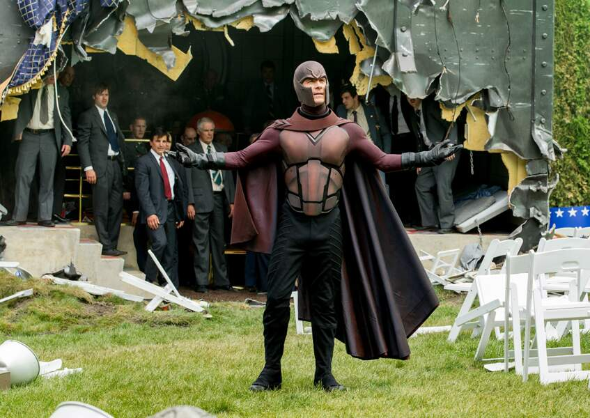 Il revêt le costume de Magneto, l'ennemi des X-Men dans la saga adaptée des comics