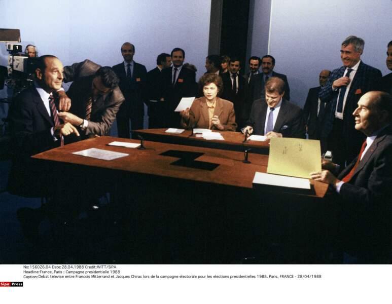 """1988 : qui craquera le premier ? Chirac finit par appeler Mitterrand """"M le Président"""". Et Mitterrand sourit..."""