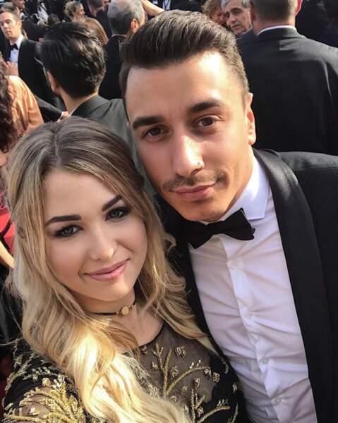 EnjoyPhoenix radieuse sur le tapis rouge avec son chéri ! Ah, l'amour à Cannes…