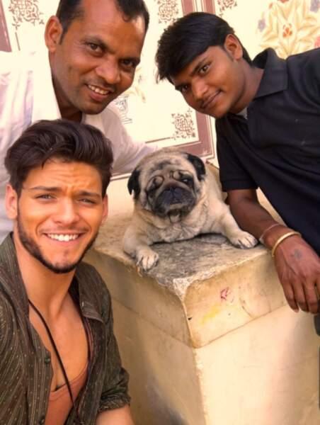 Rayane n'hésite pas non plus à poser avec un chien qui a de la gueule et deux acteurs de Coup de foudre à Jaipur