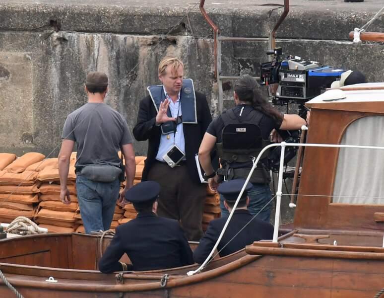Christopher Nolan dirige une scène sur un bateau...