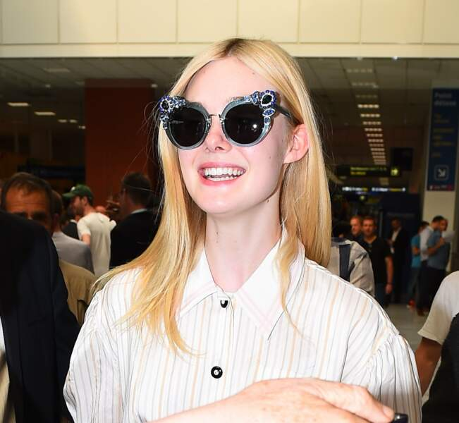 Peu de temps après, Elle Fanning a débarqué, lunettes sur le nez et sourire aux lèvres !
