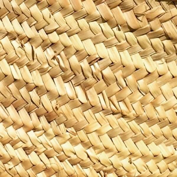 Sandrine Kiberlain, elle, a emmené son panier en osier pour profiter de la plage