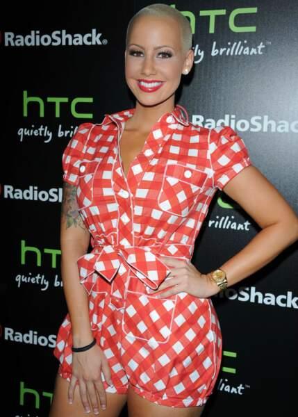 En 2011, à Hollywood, le mannequin Amber Rose ose la combinaison mini-short en Vichy rouge et blanc