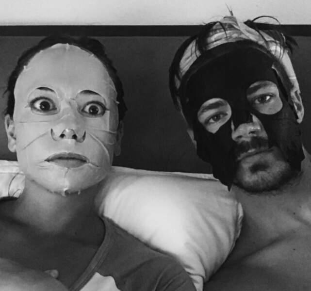 Mais même en vacances le jeune homme porte un masque...