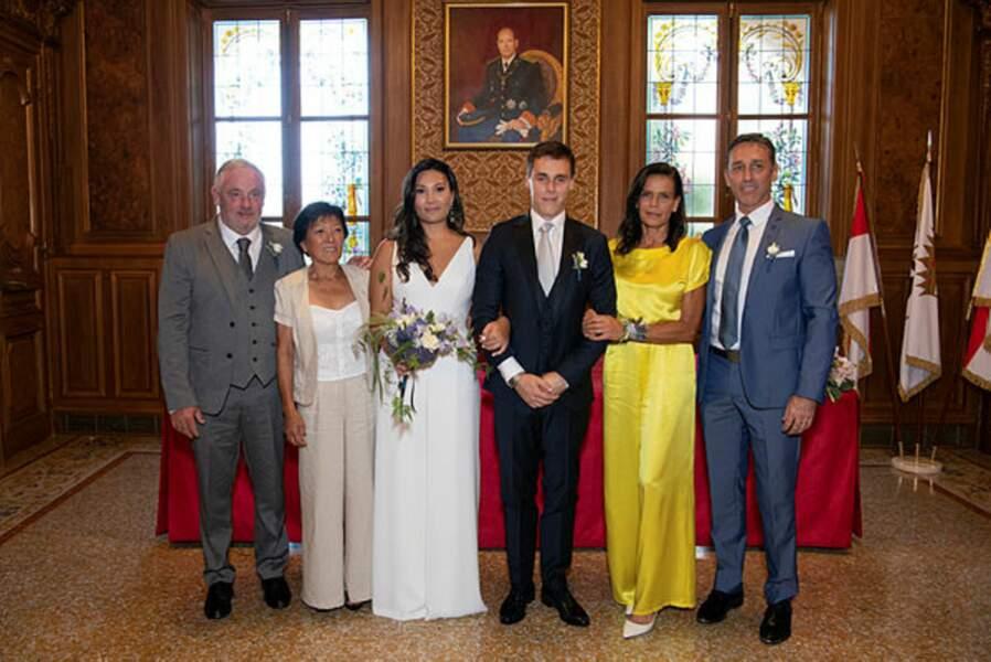 Les jeunes mariés entourés de leurs parents respectifs