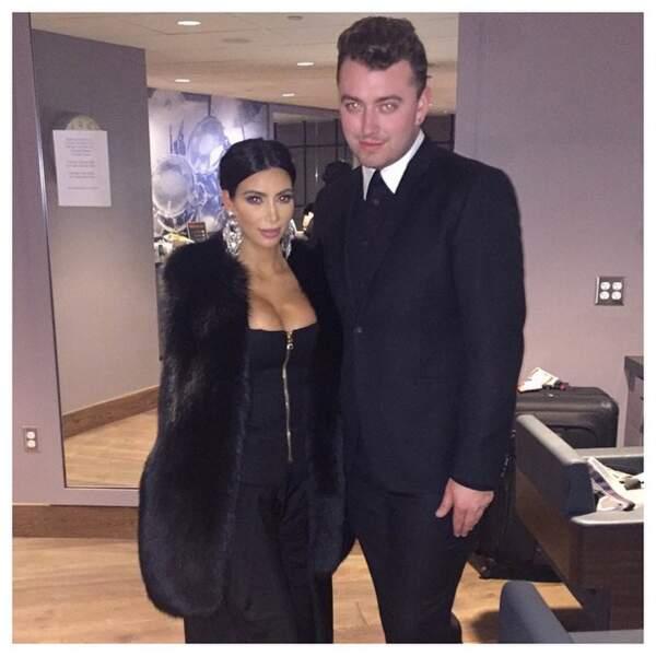 Voici Kim en coulisses avec le chanteur !