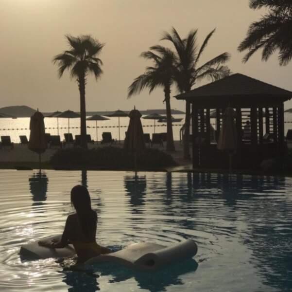 Seule, dans la piscine, Nabilla pose pour son amoureux, Thomas Vergara...