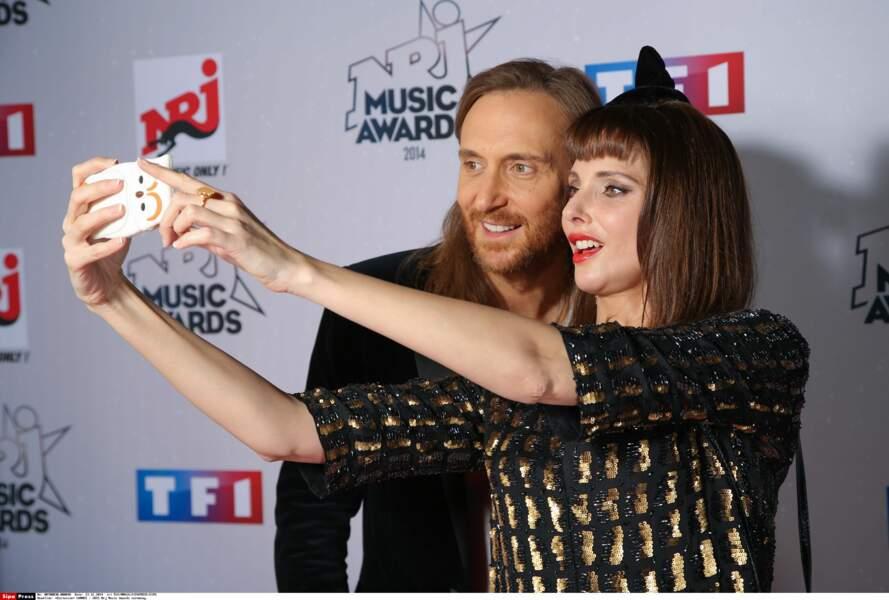 David Guetta et Frédérique Bel prennent un seflie