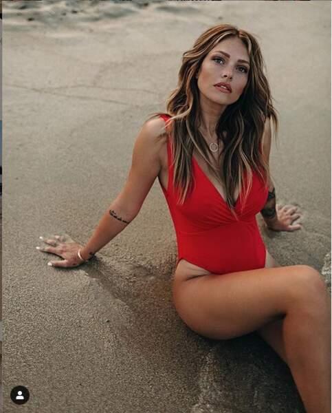 … tandis que, toujours sublime, Caroline Receveur est à la plage.