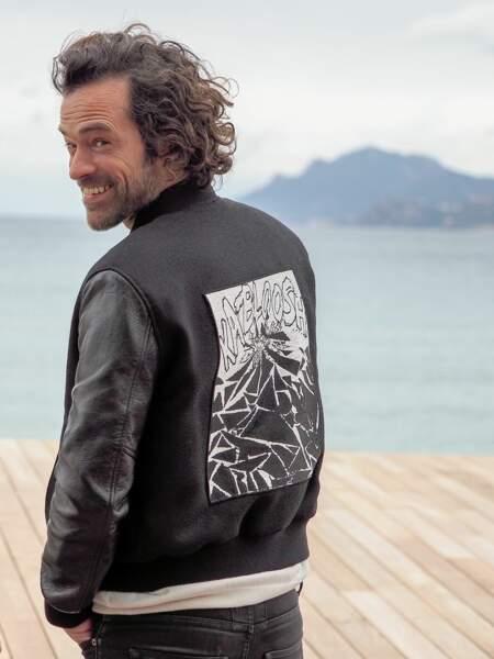 Deuxième jour, deuxième veste pour Romain Duris sur le photocall samedi 6 avril